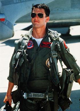 Tom Cruise com óculos aviador lente preta.