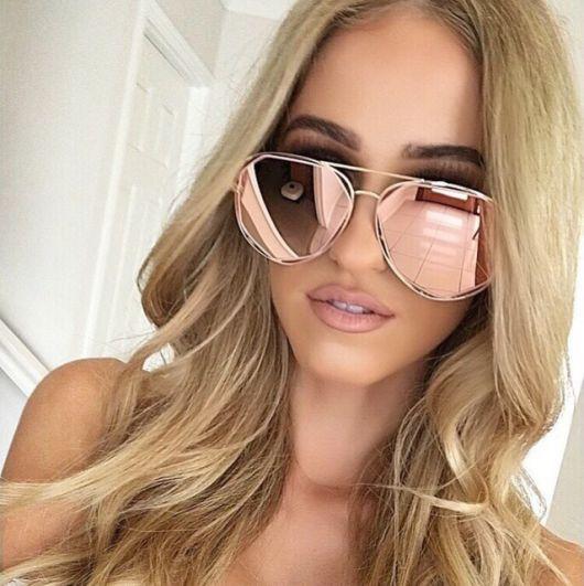 Modelo usa óculos rosê gold espelhado.