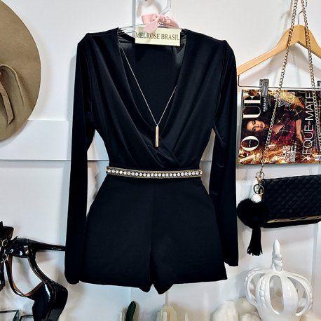 Body combinado com shorts preto.