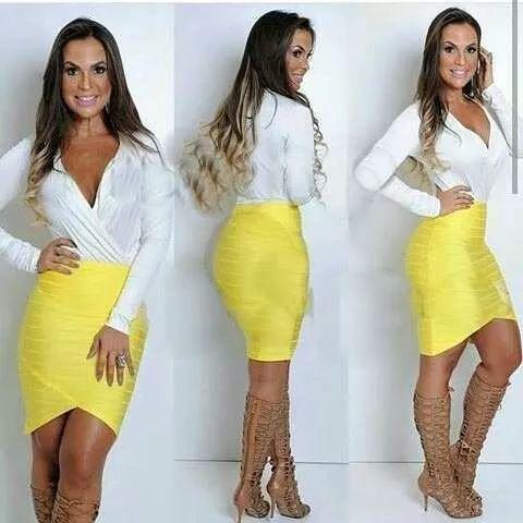 Body branco com saia amarela.