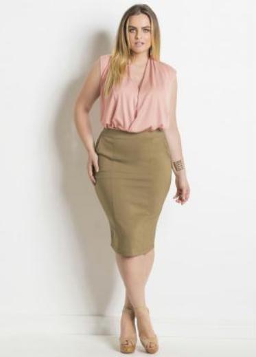 Mulher plus size com body rosa.
