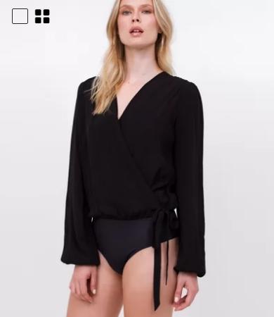 Mulher loira com body preto de mangas compridas.