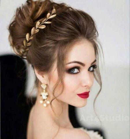 Modelo usa coque moicano com tiara dourada.
