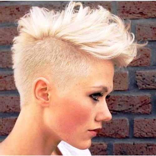 Modelo usa corte de cabelo curto moicano platinado.