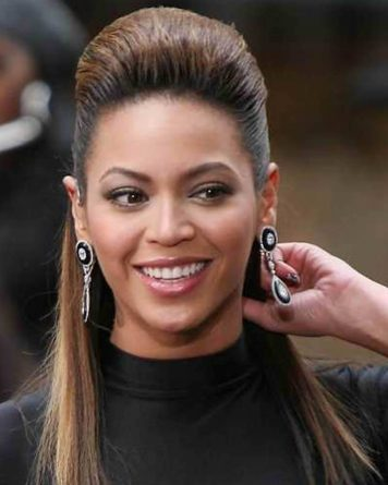 Beyoncé com cabelo moicano médio penteado semi preso.