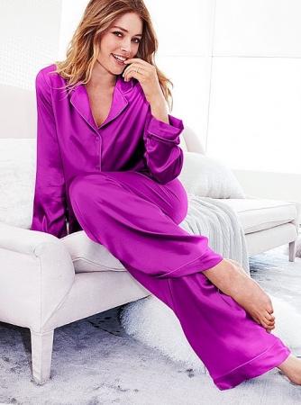 Modelo usa pijama longo de seda na cor orxo vibrante.