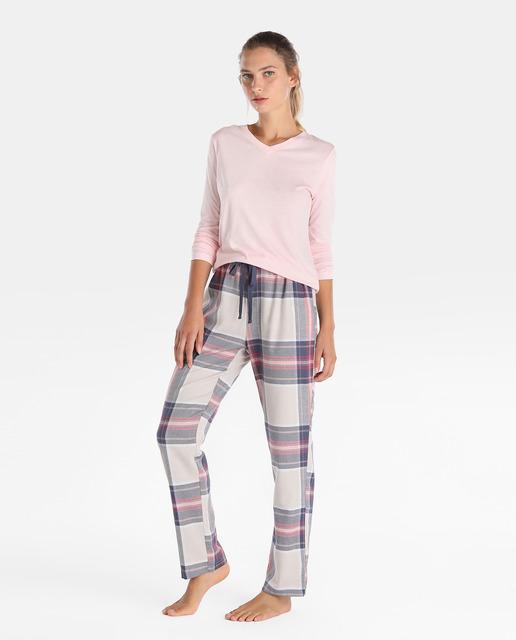 Modelo veste blusa rosa podrinha e calça de pijama xadrez.