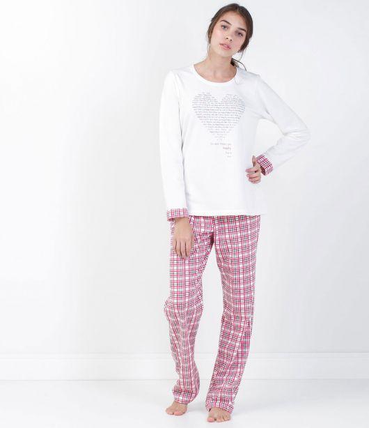 Pijama feminino com camiseta manga longa branca e calça xadrez.