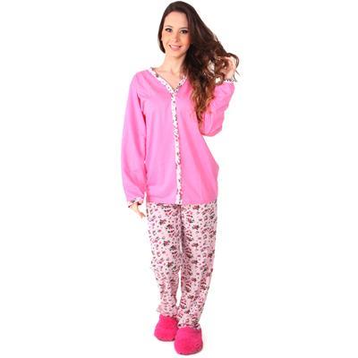 Modelo usa pantufa rosa, calça estampada e camiseta de pijama de botão.