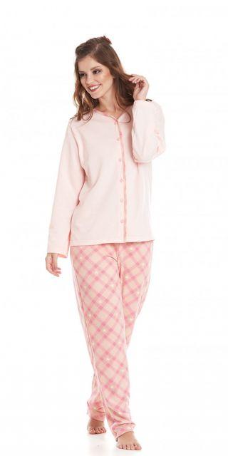 Modelo usa pijama de botão longo cor de rosa bebê.