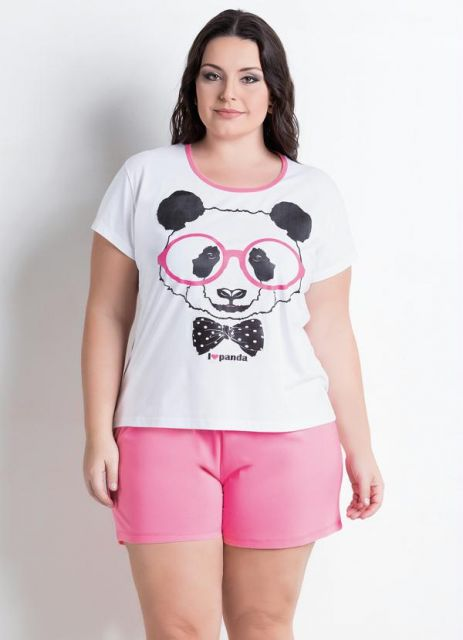 Modelo usa pijama rosa com branco com camiseta de estampa de panda.