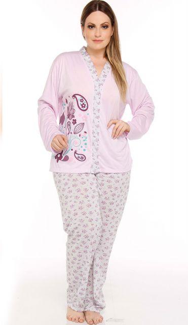 Modelo usa pijama longo plus size rosinha claro com estampa.