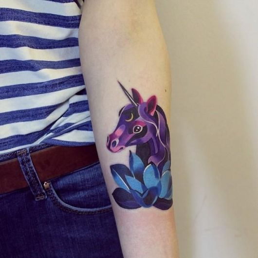Unicornio colorido roxo e azul.