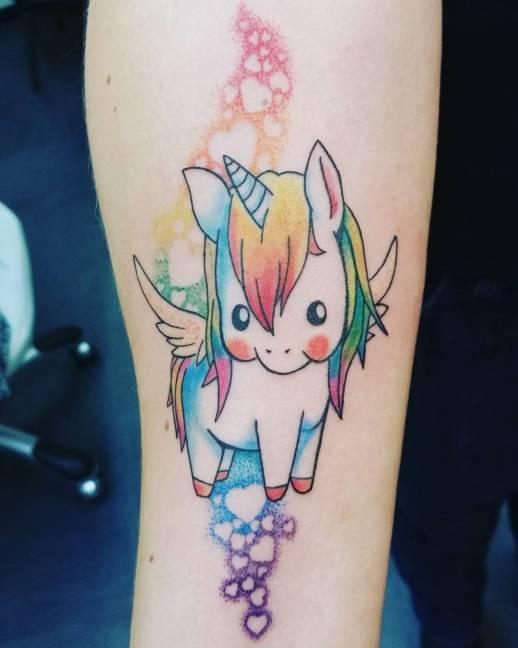 Tatuagem de unicórnio infantil colorido.