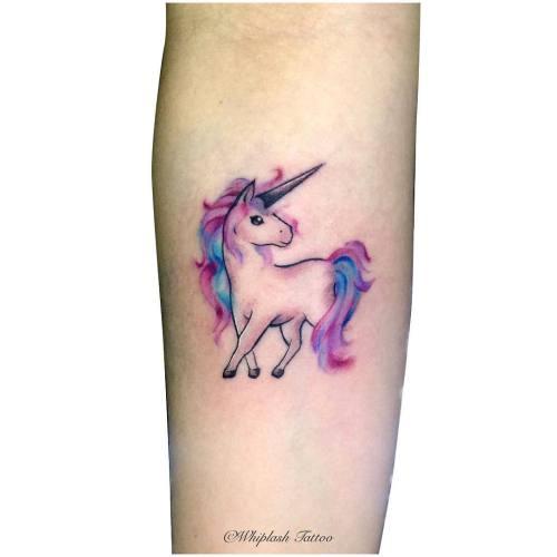Tatuagem unicórnio rosa e azul.