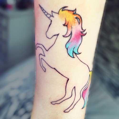 Tatuagem unicórnio comcrina colorida em amarelo, rosa e azul.