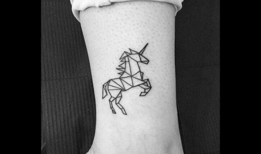 Tatuagem traço delicado de unicórnio no tornozelo.