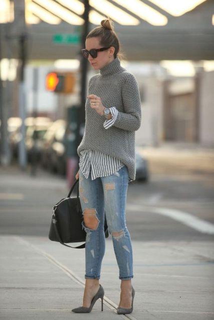 Modelo usa calça rasgada jeans, scarpin, blusa cinza de gola alta e bolsa preta.