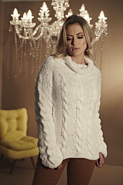 Modelo usa blusa de lã branca com trançados e gola alta.
