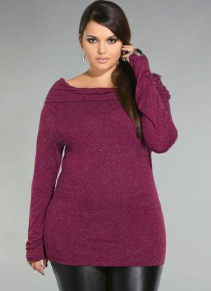 Modelo usa blusa roxa de lã manga longa.