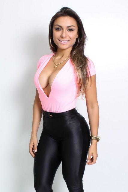 body com decote rosa com decote V