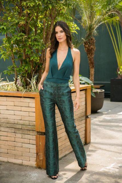 body com decote verde com calça verde
