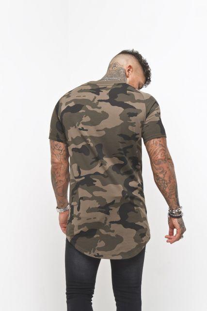 Foto de um homem tatuado de costas vestindo uma camisa camuflada long line.
