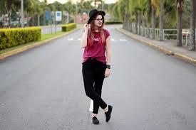 camisetas femininas com calça preta