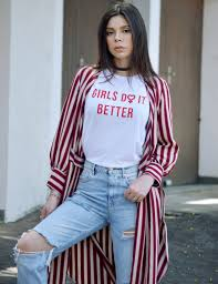 camisetas femininas com calça jeans