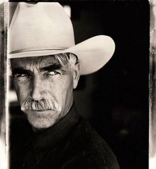 Homem com chapéu branco simples olhando com expressão de desconfiado para o lado.
