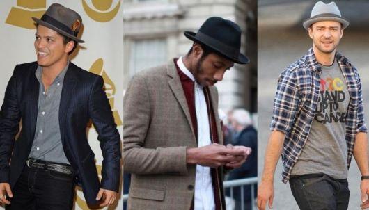 Modelos vestem blazer e chapéu fedora com aba curta.