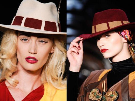 Modelos usa chapéu feminino fedora nas cores vinho e bege claro.