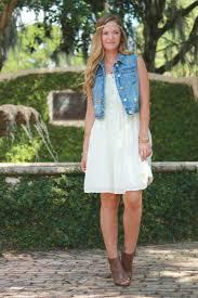 colete jeans com vestido branco hippie