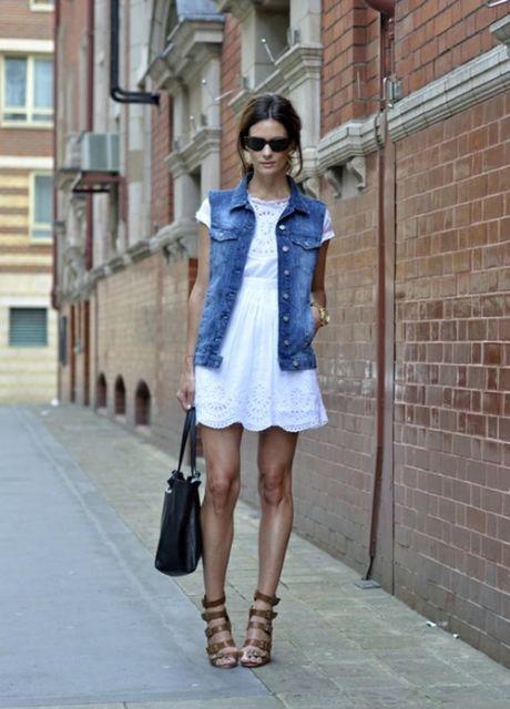 colete jeans com vestido branco manga curta