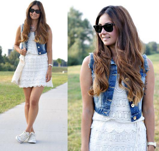 colete jeans com vestido branco de renda