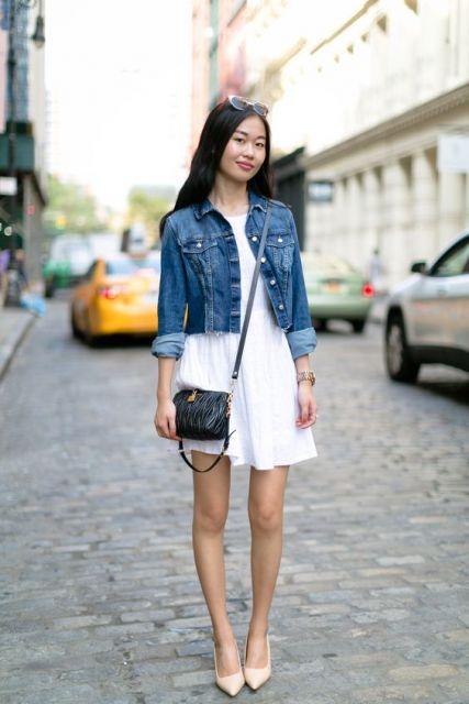 colete jeans com vestido branco drapeado