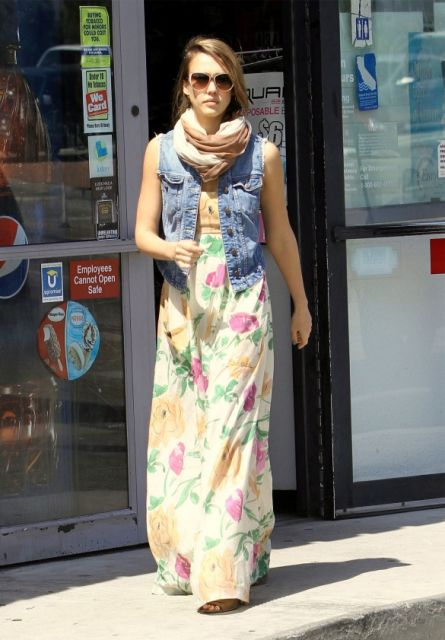 colete jeans com vestido com vestido longo estampa floral