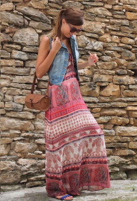 colete jeans com vestido longo hippie