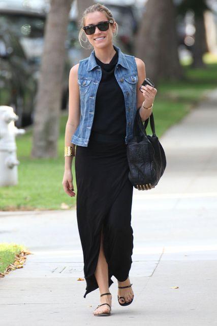 colete jeans com vestido longo preto
