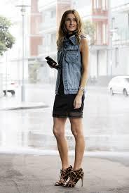 colete jeans com vestido preto curto