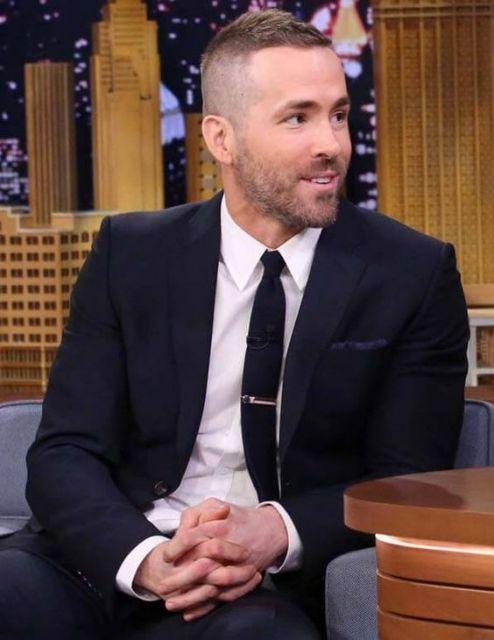 Ryan Reynolds de terno e gravat com corte militar.