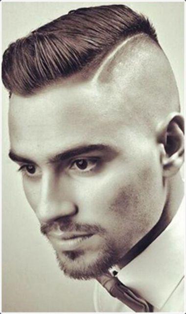 Homem com topete bem penteado para o lado e um risco na lateral do cabelo que divide a área raspada.