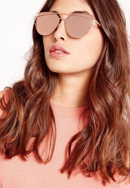 óculos rosé com visual espelhado