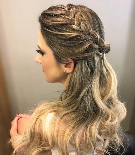 Penteados para Festa cabelo solto loiro com trança lateral