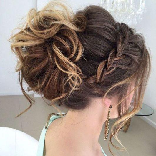Penteados para Festa debutante com tiara de trança