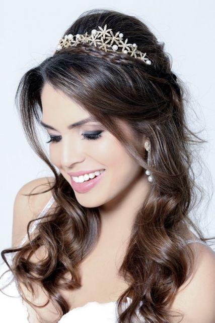 Penteados para Festa debutante com tiara e franja solta