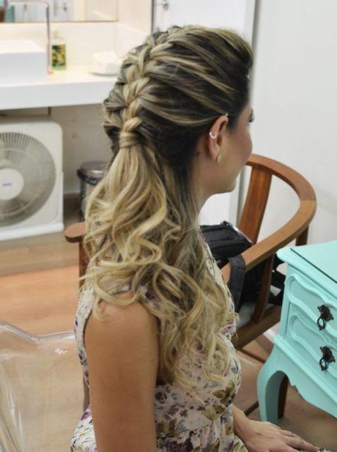 Penteados para Festa de formatura cabelo preso com trança atrás
