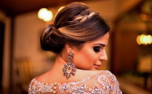 Penteados para Festa de formatura coque com tiara de trança