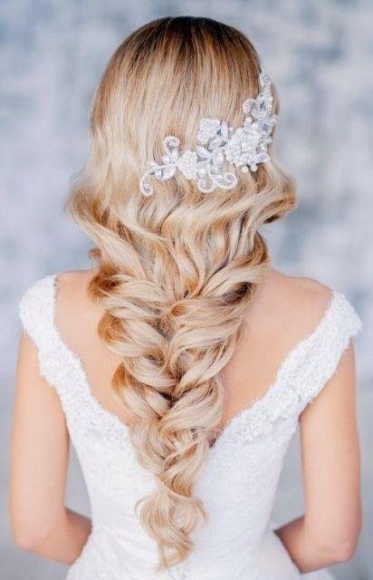 Penteados para Festa de formatura tança embutida com tiara de flores brilhantes