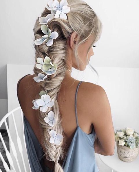 Penteados para Festa Havaiana trança embutida com flores